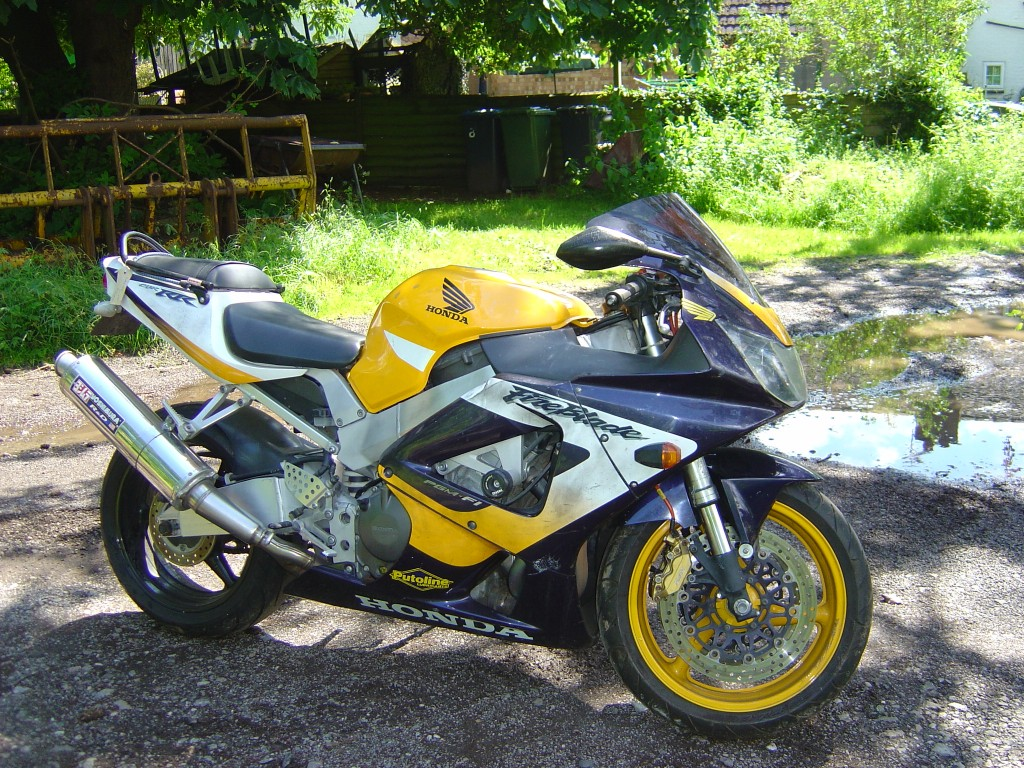Honda CBR900 - 929 Fireblade Year 2001 RHS Motor Cycle Breaking for spare parts