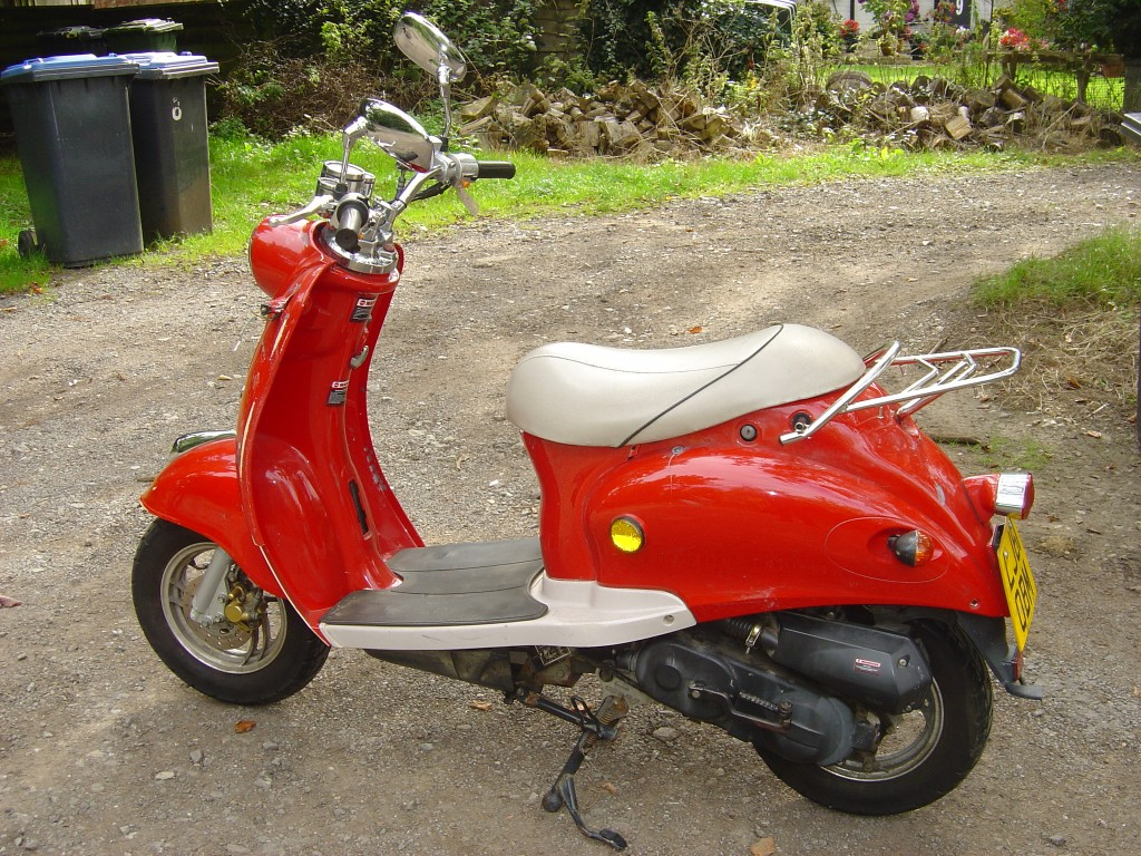 Red Scooter LHS Motor Cycle Scooter Breaking for spare parts
