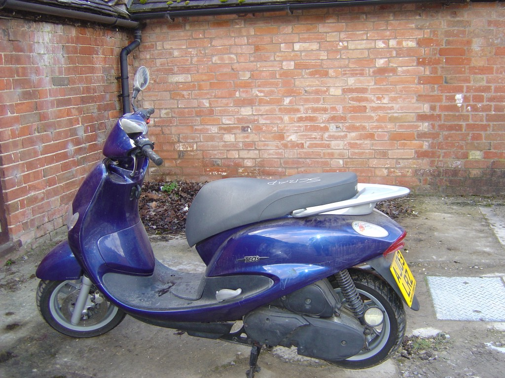 Yamaha-TEOS-125-Scooter-Motor-Bike-Breaking-for-Spare-Parts-Left-Hand-Side
