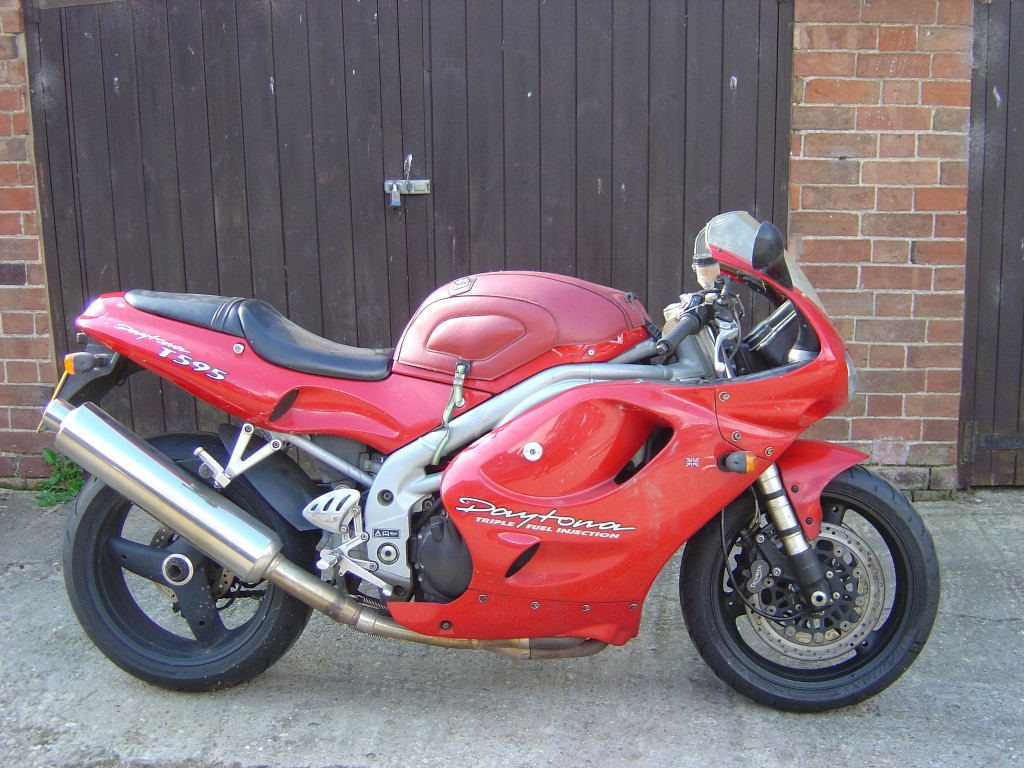 Triumph Daytona T595 RHS Motor Cycle Breaking for spare parts